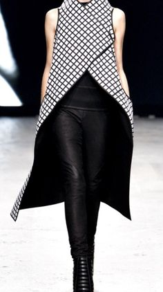 Gareth Pugh Spring 2012 Ready-to-Wear Collection Photos – Vogue - Gareth Pugh Spring 2012 Ready-to-Wear Fashion Show Fashion Mode, Look Fashion, Runway Fashion, Fashion Show, Fashion Outfits, Womens Fashion, Spring Fashion, Vogue Fashion, Gareth Pugh
