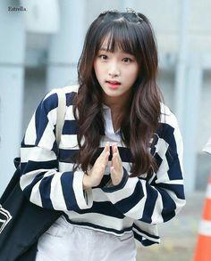 that reaction is sooo cutee ♥♥♥♥♥♥ ♥♥♥♥♥ Korean Women, Korean Girl, Asian Girl, Yuri, Kpop Girl Groups, Kpop Girls, Kpop Hair, Pre Debut, Fandom