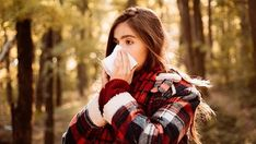 Ilustrační foto Fall Allergies, Allergy Symptoms, Sore Throat, Plaid Scarf, Couple Photos, People, Pictures, Health, Couple Shots
