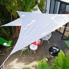 Des voiles d'ombrage pour se protéger du soleil en terrasse