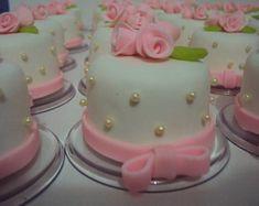 mini-bolo-decorativo Mini Tortillas, Fondant Cakes, Cupcake Cakes, Bolo Laura, Elegant Cupcakes, Kawaii Cooking, Mothers Day Cake, Fake Cake, My Birthday Cake