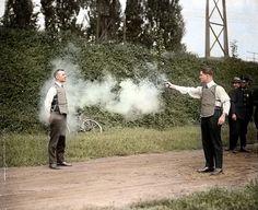 Probando un chaleco anti-balas en 1923, de seguro uno de los peores trabajos.