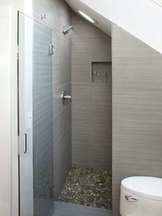 Douche kleine badkamer met schuin plafond