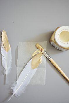 Weiße Feder mit goldenem Akzent für prachtvollen Traumfänger