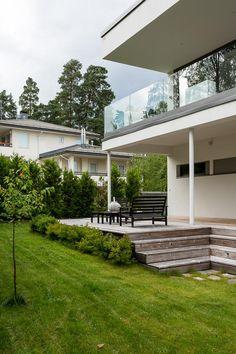YLELLINEN KIVITALO OMASSA LUOKASSAAN Tervetuloa tutustumaan tähän vuonna 2012 valmistuneeseen uudenveroiseen kivitaloon joka sijaitsee loistavalla suojaisalla ja rauhallisella paikalla Westendin rantapuolella Westendintien varrella. Talo edustaan maan ja tämän ajan parasta rakennus- ja asumistasoa sekä estetiikaltaan että tekniseltä tasoltaan. Moderniin taloon tulvii valoa suurista ikkunoista. Olohuoneen liukuovet aukeavat tilavalle, katetulle terassille, jolloin olohuone laajenee kesällä…