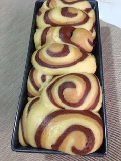 PAN BAULETTO ZEBRATO - Delia Ciriello Gourmet Desserts, Mini Desserts, Dessert Recipes, Homemade Buns, Pastry Design, Food Net, Plum Cake, French Pastries, Healthy Meals For Kids