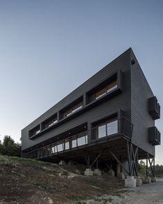 Moderne Fassadengestaltung in Schwarz - modernes Flachdachhaus in Chile