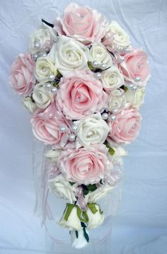 Droppformad brudbukett med rosa rosor