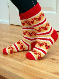 fox-socks ( matching mittens in fiery fingers) Diy Crochet And Knitting, Knitting Wool, Knitting Socks, Baby Knitting, Knitting Projects, Knitting Patterns, Fox Socks, Socks And Heels, Stocking Tights
