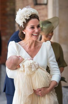 See all photos from the christening of Prince Louis, the youngest son of Kate Middleton and Prince William. Meghan Markle, Prince Harry, Princess Charlotte and Prince George are all in attendance for the royal christening. Prince William Et Kate, Prince Harry And Meghan, William Kate, Alexander Mcqueen Kleider, Kate Middleton Stil, Kate Middleton Photos, Carole Middleton, Estilo Real, Prince Charles