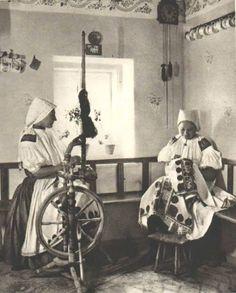 Ručné práce žien z Bošáce / Moravského Lieskového – vyšívanie a pradenie na kolovrátku, bývalá Trenčianska župa, Slovensko, Západné Kapraty  Fotografia z druhej polovice 20. storočia Folk Costume, Costumes, Heart Of Europe, The Older I Get, Folk Dance, Bratislava, Folk Art, Nostalgia, Weaving