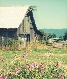 a beautiful old barn in the country <3