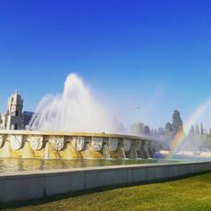 There's a Rainbow at the Fountain's End. ;-) Having an amazing time capturing the water and light effects in front of Jerónimos Monastery. ☀️🌈🙌 #lighteffects #specialeffects #lightoflisbon #fountain #monumentalfountain #lisbon #belem #jeronimosmonastery #empiresquare #lisbontailoredtours #lisbonwithpats