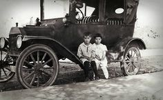 two children/old car