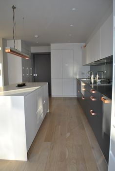 A contemporary kitchen designed to complement the modern extension in this family house. Copper Handles Kitchen, Copper And Grey Kitchen, Grey Kitchen Cupboards, Slate Kitchen, White Gloss Kitchen, Rose Gold Kitchen, Open Plan Kitchen Living Room, Kitchen Units, Home Decor Kitchen