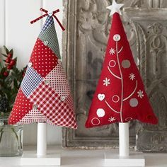 patchwork christmas trees - make as hanging tree decorations Weihnachten… Christmas Makes, Noel Christmas, Handmade Christmas, Christmas Patchwork, Christmas Sewing, Christmas Projects, Holiday Crafts, Theme Noel, Felt Christmas Ornaments