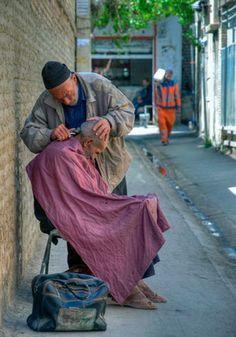A street barber in Shiraz Cat Haircut, Mobile Barber, Barber School, Barber Logo, Barber Shop Decor, Barbers Cut, Barbershop Design, Steve Mccurry, Robert Doisneau