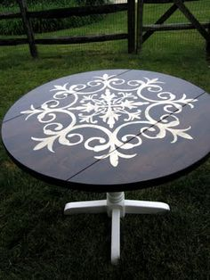 Stenciled table. Pretty awesome.