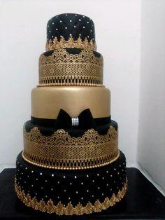 Bolo Cenográfico fake preto com dourado no Elegant Wedding Cakes, Elegant Cakes, Wedding Cake Designs, Masquerade Party Centerpieces, Purple And Gold Wedding, Royal Cakes, Quinceanera Cakes, 16 Birthday Cake, Gold Cake