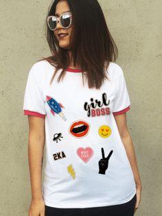 T-shirt em tecido leve e macio com estampa localizada digital exclusiva sem toque e com detalhe de punho rosa na gola e mangas