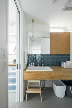 造作洗面はシンプルに使いやすく、こだわりのタイルで水回りをぐっとおしゃれに。 #ルポハウス #設計士とつくる家 #注文住宅 #デザインハウス #自由設計 #マイホーム #家づくり #施工事例 #滋賀 #おしゃれ #洗面 #オーダーメイド #タイル #木