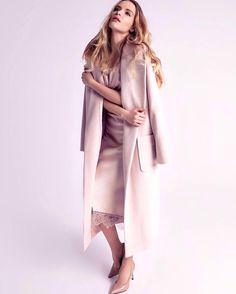 На Тане платье-комбинация из шёлка с отделкой из французского кружева (21.500 руб.) и розовое пальто-халат из шерсти (22.000 руб.) Ph: @polinagrishenina