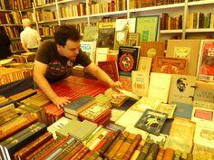 Daniel Font, ex alumne de l'Escola de Llibreria, treballant a la caseta de la llibreria antiquària Farré