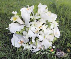 Buquê de noiva para cerimônia de casamento. Nesse buquê usamos orquídeas Phalaenopsis e Cattleya. #orquideas #buque #buquedenoiva #noiva #casamento #cattleya #phalaenopsis #casar