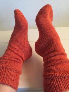 Hjemmestrikkede strømper med lang skaft. De er lavet i de lækreste strømpegarn Filcolana Arwetta Classic. De er i str 36-37. Knitting Socks, Classic, Fashion, Creative, Knit Socks, Derby, Moda, Sock Knitting, Fasion
