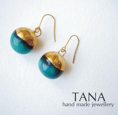 Boucles d'oreille céramique, forme de boules, tourquoise et or : Boucles d'oreille par artania