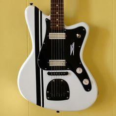 """La SuperTone de chez Revelator Guitars  avec un  """"B"""" style guard. Retrouvez des cours de guitare d'un nouveau genre sur MyMusicTeacher.fr"""