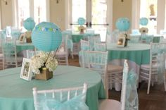 Hot air balloon centerpieces - but I'd do it in a more playful, colorful way for a Bon voyage party for a teen Deco Baby Shower, Baby Shower Balloons, Shower Party, Baby Shower Themes, Baby Boy Shower, Baby Balloon, Unique Baby Shower, Bridal Shower, Hot Air Balloon Centerpieces