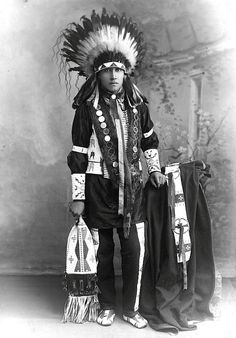 Photo by Geoffrey Duncan. Native American Images, Native American Clothing, Native American Artifacts, Native American Tribes, Native American History, Sioux Nation, Native Indian, First Nations, Bear