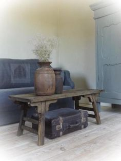Onwijs gave oud houten salontafel, naar chinees model! Mooi ronde vormen..En super gaaf model! Leuk bijv. Met een oude koffer of veiligkistje eronder..Maar ook met een plank, voor tijdschriften. (Zie