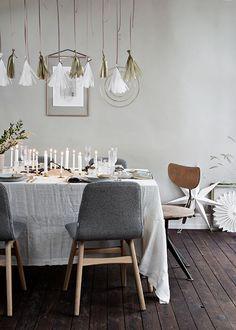 6 overdådige nytårsborde til årets sidste aften | Femina Table Decorations, Furniture, Home Decor, Confetti, Interior Design, Home Interior Design, Arredamento, Dinner Table Decorations, Home Decoration