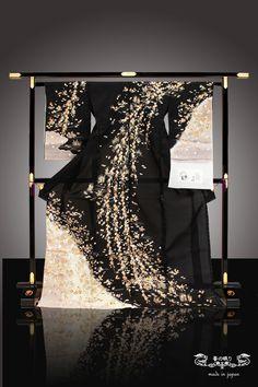 Traditional Japanese Kimono, Japanese Geisha, Traditional Dresses, Furisode Kimono, Yukata, Japanese Outfits, Japanese Fashion, Japanese Costume, Kimono Design