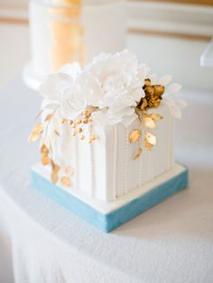 30 Incredibly Beautiful Gold Wedding Cakes You & Your Wedding Beautiful Wedding Cakes, Gorgeous Cakes, Pretty Cakes, Cute Cakes, Wedding Cake Inspiration, Wedding Ideas, Wedding Venues, Cake Photography, House Photography