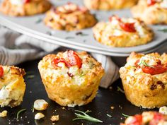 The eye-catcher at your party buffet: tomato feta muffins- Der Hingucker auf deinem Partybuffet: Tomaten-Feta-Muffins These tomato feta muffins are so irresistibly good that we never miss the sweet classic. Party Finger Foods, Finger Food Appetizers, Appetizers For Party, Snacks Pizza, Snacks Für Party, Lunch Snacks, Art Cafe, Law Carb, Good Food