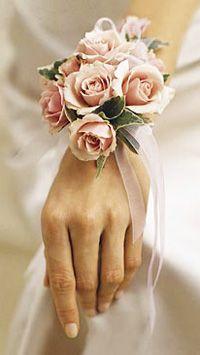 Wedding bouquet bracelet a pretty and unique way of doing bridal flowers #Weddings /#WeddingFlowers