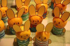 Dit heb je nodig: Mandarijntjes Knutselkarton Zo maak je het: Knip uit geel/oranje knutselkarton Nijntje oren. Maak van