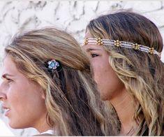 Estilo Hippie For Us  Ondas suaves cair a volta a este penteado hippie longa que vai ótimo com acessórios de cabelo de jóias.