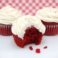 Red Velvet Cupcakes with Cream Cheese Frosting...yes please! #valentinesday #redvelvet
