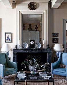 Еще одна гостиная служит сегодня медиакомнатой. Библиотечные кресла, George Smith, обитые плюшевой тканью Chivasso.