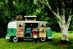 Plan the perfect holiday with a camping caravan – we will give you useful tips for organizing the trip, so you can enjoy your deserved break to the maximum! A camping caravan holiday gives yo… Vintage Campers, Camping Vintage, Vw Vintage, Vintage Trailers, Retro Camping, Vintage Caravans, Vintage Volkswagen Bus, Vintage Camper Interior, Photo Vintage