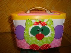 POTES DE SORVETES DECORADOS LINDOS.... Baby Shower Decorations, Lunch Box, Owl, Homemade, Crafts, Spring, Recycled Toys, Pencil Holders, Diy Crafts