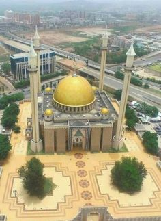 Nigeria's famous masjid. Mosque Architecture, Art And Architecture, Ancient Architecture, Beautiful Mosques, Beautiful Places, Amazing Places, Paises Da Africa, Nigeria Travel, Cathedral Church