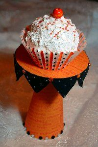 CD Cupcake Stand - Use this recycled CD craft idea from Alexa Westerfield to make a CD cupcake stand. Turn an old CD into a cute stand to hold a single cupcake for your next party. @ http://www.favecrafts.com/Green-Crafting/CD-Cupcake-Stand