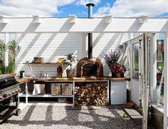 I Stavern har interiørekspert Halvor Bakke både tegnet utekjøkken og bygd drivhus.
