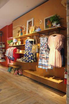 Mix up a wall with face-outs, straight rods, and shelving at various heights. So many merchandising possibilities for consignment and resale shops Boutique Design, Boutique Decor, Boutique Interior, Boutique Ideas, Geeky Chic, Style Africain, Clothing Displays, Consignment Shops, Retail Space