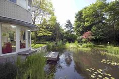 tuin tuinontwerp tuinarchitect hovenier hoveniersbedrijf tuinaanleg beplanting beplantingsplan onderhoud tuin aan het water tuin met vijver vijverbeplanting